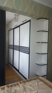 Гүйдэг хаалгатай шкаф