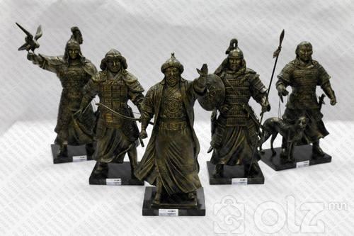 Монгол баатруудын баримал