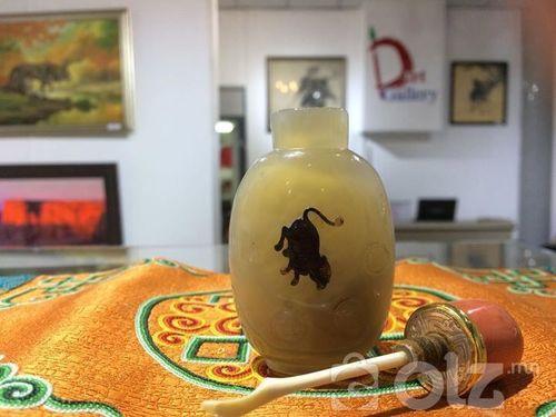 Дунд гарын мана хөөрөг 66,8 гр өөрөөсөө хулгана сийлбэртэй, мана хөөрөг хуучин цагийн хийцээр хийсэн 23,6 гр толгойн нийт жин, хуучны шүрэн толгойтой алтан нуухтай , мөнгөн тольтой ясан халбагатай Амны хэмжээ: 20 мм НИЙТ Өндөр:68 мм Өргөн:54 мм