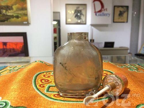 Алтан үст болор хөөрөг 85,6 ухалт сайн өвөрмөц тогтоц бүхий монгол чулуу 14,85 гр дан шүрэн толгойтой, алтан нуухтай,ясан халбагатай мөнгөн ултай. Амны хэмжээ: 20 мм НИЙТ Өндөр:61 мм Өргөн: 48 мм